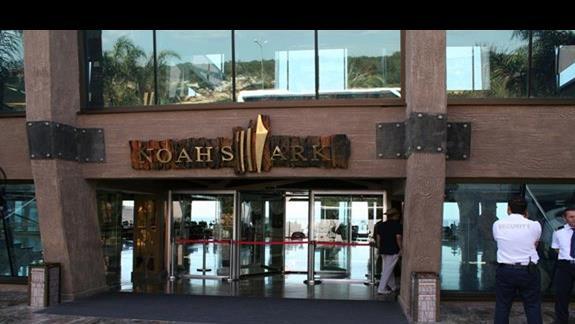 Wejście do budynku głównego hotelu Noah's Ark