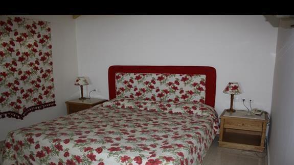 Sypialnia na pietrze w bungalowie Mitsis Rodos Maris
