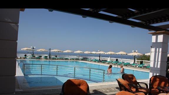 Widok z restauracji na basen i na morze Studia Coralli Beach