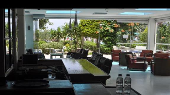 Wyjscie na ogród od strony baru w hotelu Blue Bay
