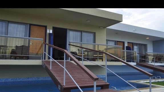 Widok zewnetrzny na pokoje z prywatnym basenem w Ocean Blue