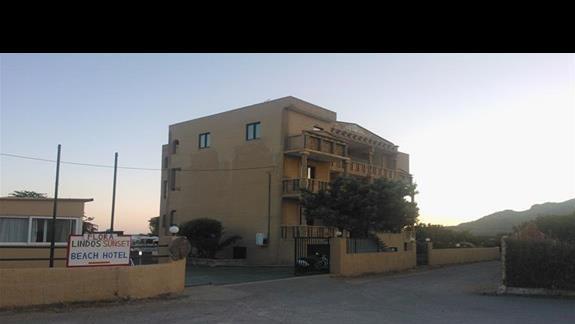 widok hotelu od strony drogi dojazdowej