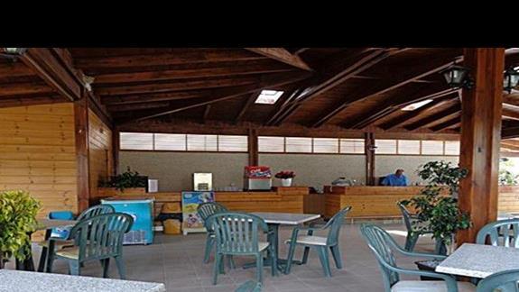Bar przy basenie w hotelu Niriides