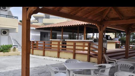 Bar przy basenie w hotelu Marathon