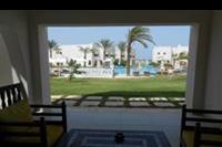 Hotel Hilton Marsa Alam Nubian Resort - Widok z pokojowego tarasu na jeden z basenów i morze w tle