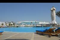 Hotel Hilton Marsa Alam Nubian Resort - Główny basen z widokiem na restaurację