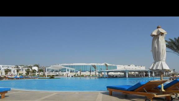 Główny basen z widokiem na restaurację