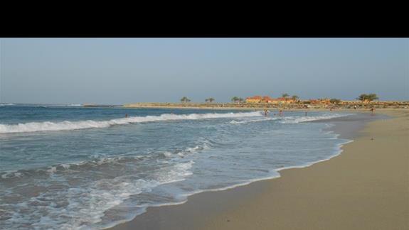 Widok z plaży na jedyny hotel w sąsiedztwie :)