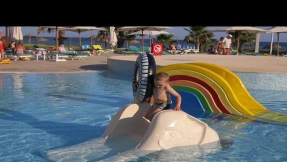 Szymek szaleje na basenie