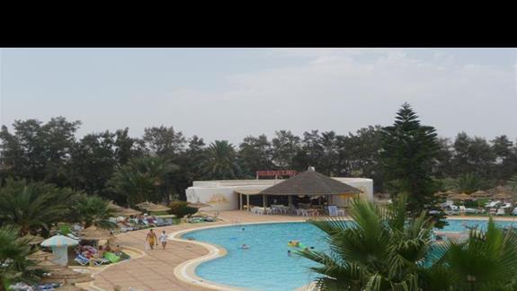 Widok z okna hotelowego na lewa czesc basenów oraz