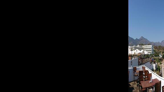Widok na zatokę i plażę z tarasu restauracji.