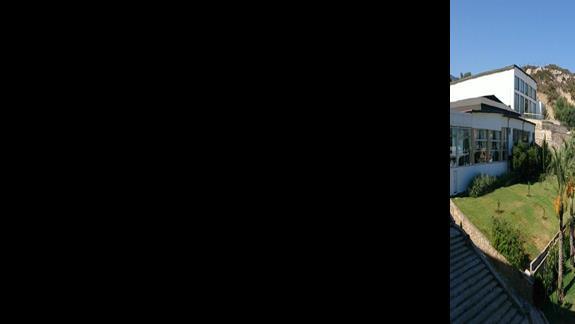 Widok z pokoju hotelowego na baseny.