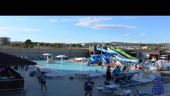 Strefa basenowa ze zjedzalniami dla dzieci.