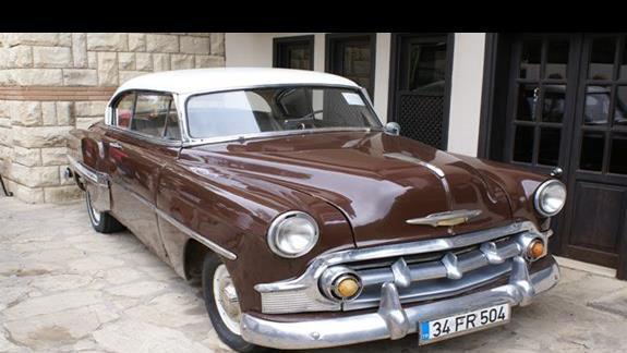 stary samochód przed hotelem