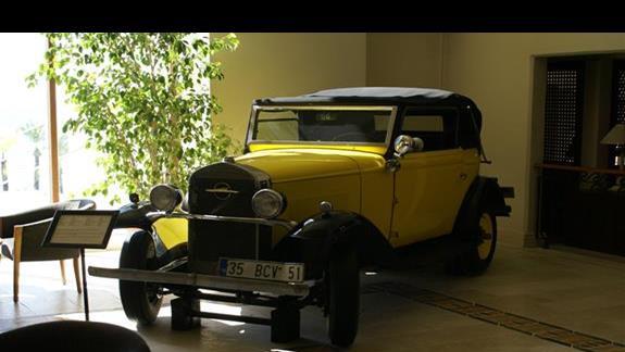 stare auto w holu