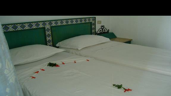 rankiem po sprzataniu na łużku żywe kwiaty