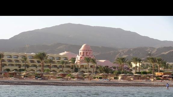 Widok na plaże z hotelowego molo. (plaża pół na pół kamienista i piaszczysta z dedykowanym betonowym wejściem)