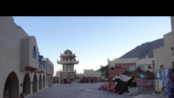 Miasteczko Taba Heights (znajdziemy tu super market, apteke, bar, restauracje i inne)