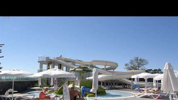 basen z 3 zjezdzalniami w hotelu White City