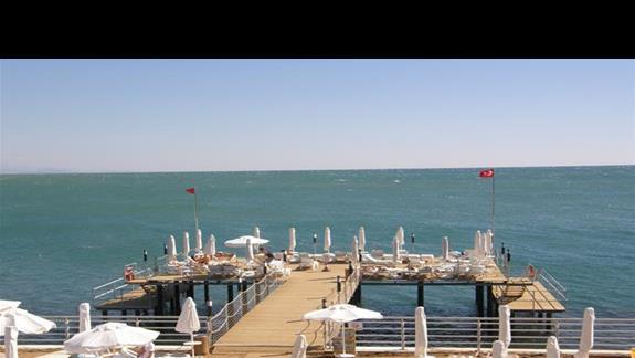 platforma z sztucznie usypanym piachem w hotelu White City Resort