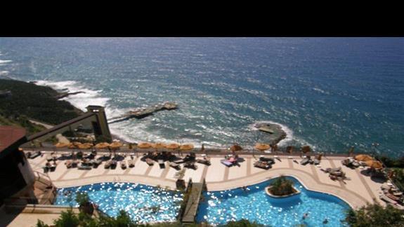 widok z okna hotelu Utopia World na basen i zatoke