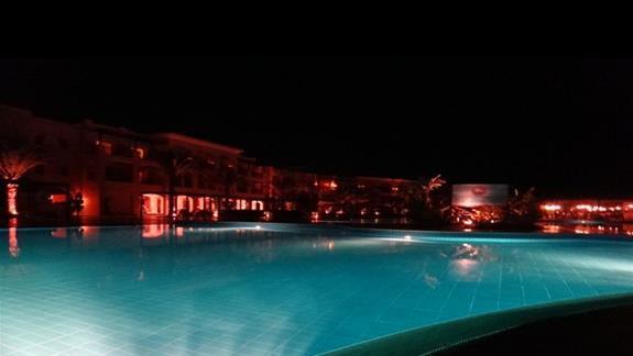 Podświetlony basen w hotelu Jaz Aquamarine