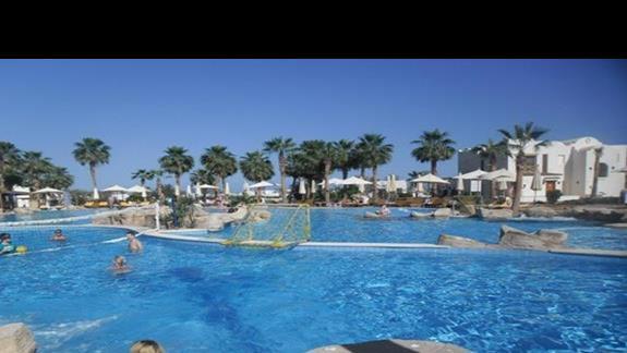 Ogromne baseny na terenie hotelu Shores Golden
