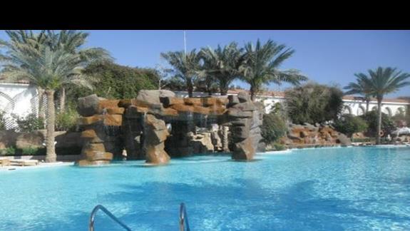 Basen ze sztucznym wodospadem w hotelu Baron Palms