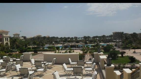 Widok z tarasu na częśc ogrodu hotelu Jaz Mirabel Beach