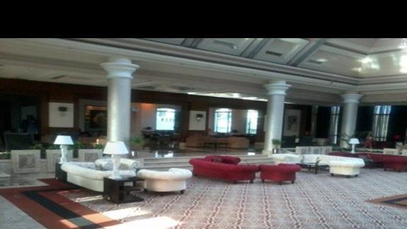 Przestronne, jasne lobby w hotelu Rixos