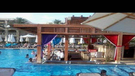"""""""Zanużony"""" w basenie bar w hotelu Rixos"""