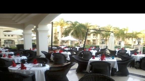 Restauracja na świeżym powietrzuw hotelu Rixos
