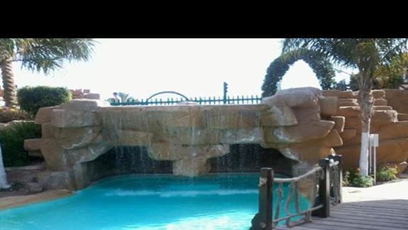 Cudowny wodospad na terenie Rehana Sharm