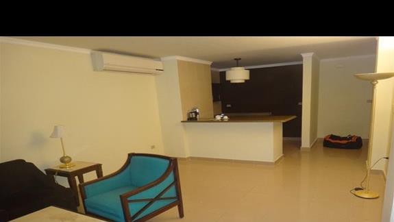 Pokój dzienny z aneksem kuchennym hotelu Oriental Bay