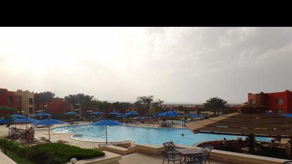 Widok górnego basenu w hotelu Oriental Bay