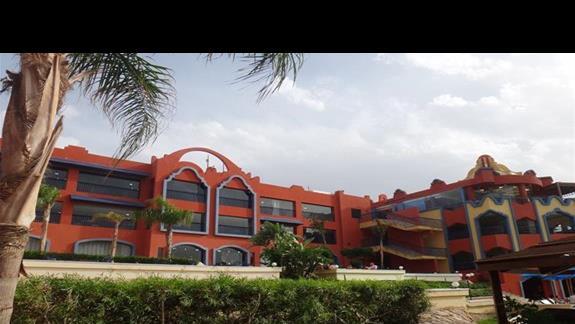Budynek glówny z restauracja w hotelu Oriental Bay