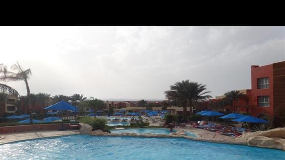 Widok basenów w hotelu Oriental Bay