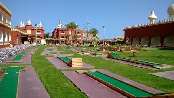 Pola do gry w mini golfa w hotelu Alf Leila wa Leila - Fantasia 1001 Nights
