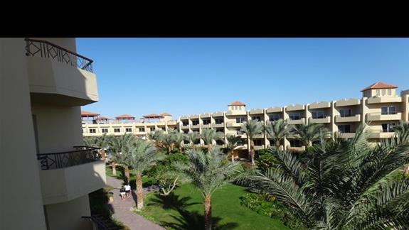 Ciag budynków w hotelu Amwaj Blue Beach Abu Soma Resort & SPA