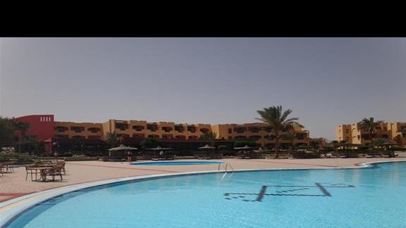 Jeden z basenów i budynki mieszkalne w hotelu Elphistone