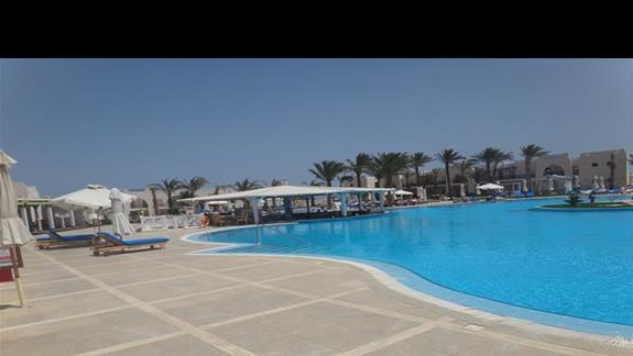 Basen i bar w hotelu Hilton Marsa Alam Nubian Resort