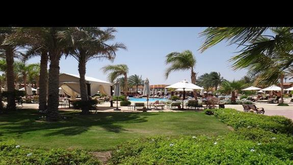 Ogród i basen w hotelu Resta Grand Resort