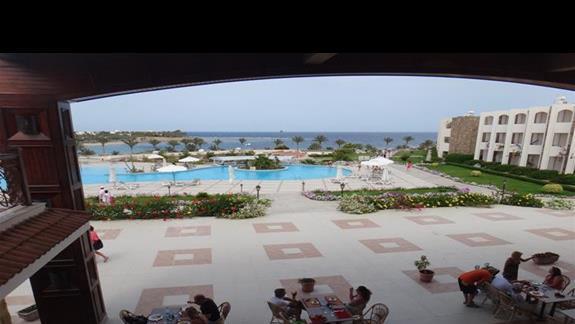Widok na restauracje i basen w hotelu Royal Brayka Resort