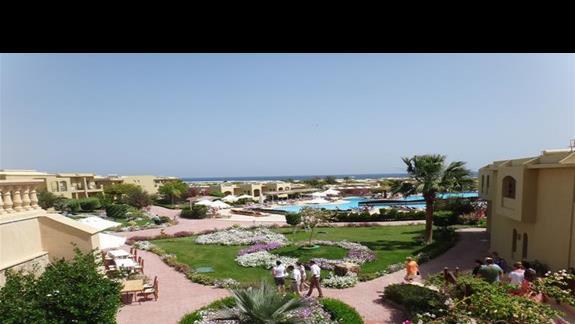 Ogród i zabudowania hotelu Three Corners Fayrouz Plaza Beach Resort