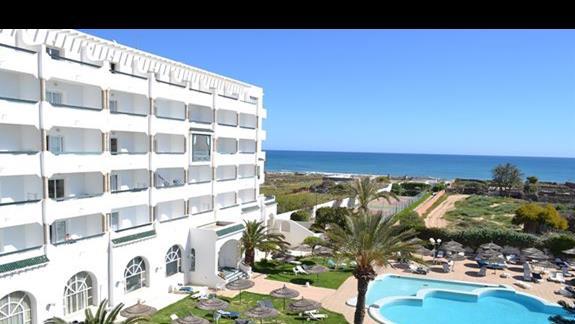 widok zewnetrzny hotelu oraz basen