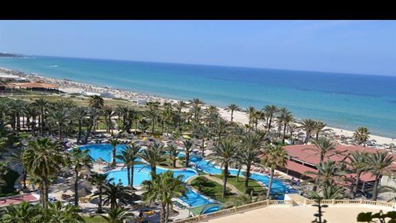 widok z balkonu na basen i plaze