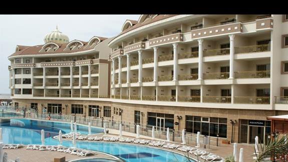 Kirman Belazur. Wyjscie z budynku na teren hotelowy, basen.