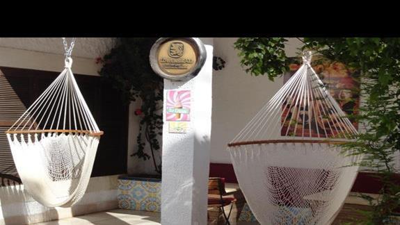 Movie Gate Miramar - wiszące krzesła w restauracji