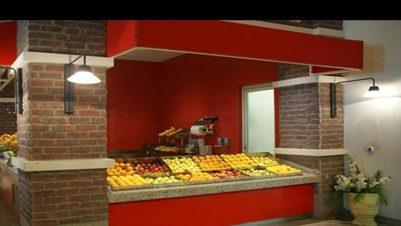 Titanic Deluxe. Restauracja. Stoisko z owocami.