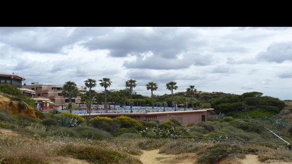 Widok na hotel od strony plazy